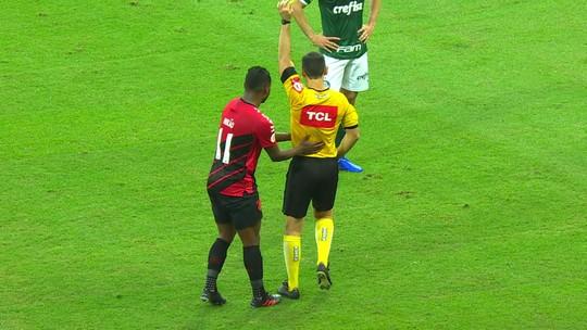 Palmeiras x Athletico: Central do Apito vê exagero em expulsão de Nikão e acerto na revisão do vermelho