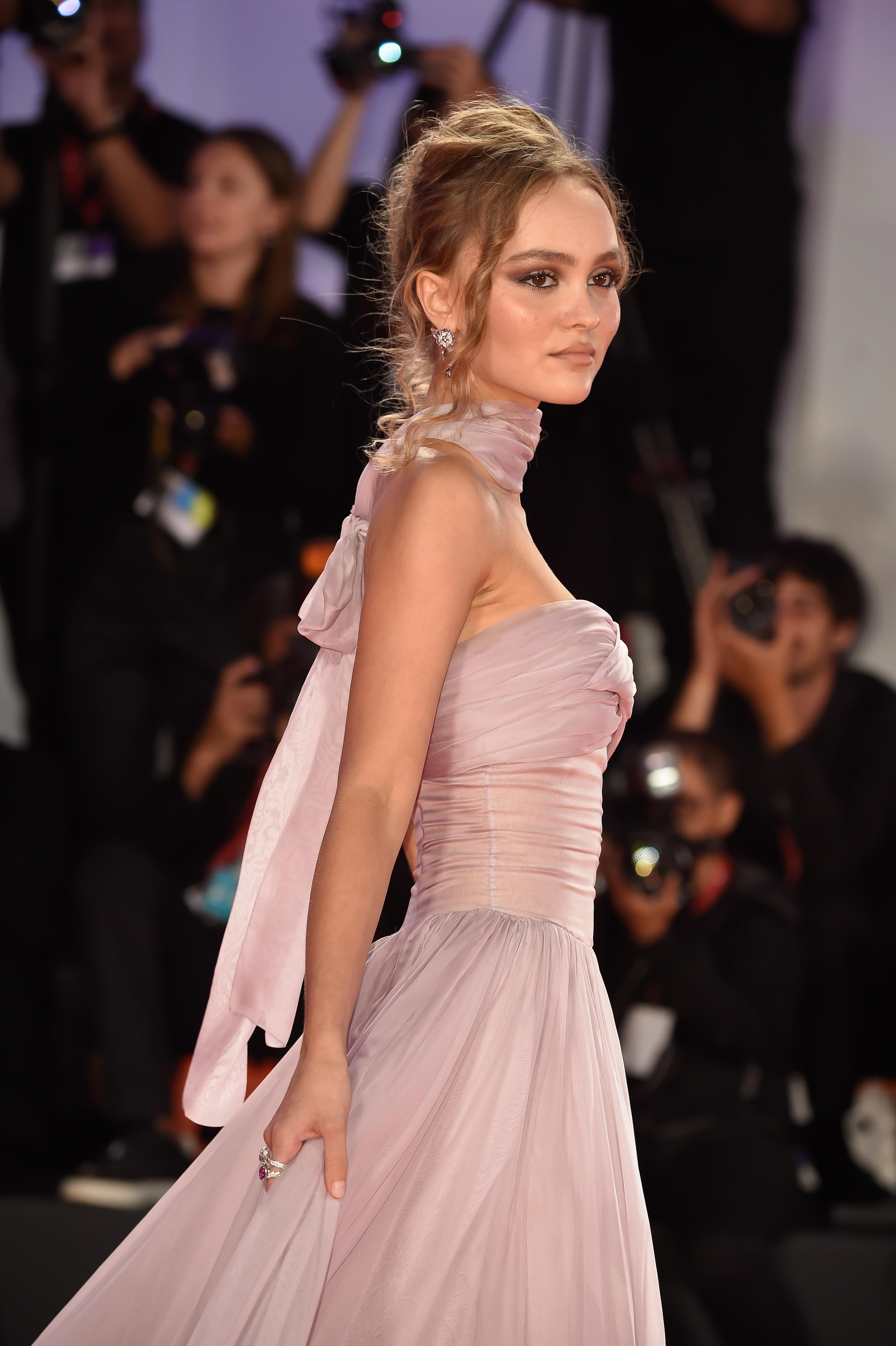 Filha de Johnny Depp brilha em red carpet do Festival de