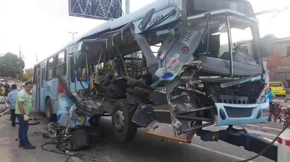 Ônibus fica destruído após acidente com morte e feridos — Foto: Arquivo pessoal