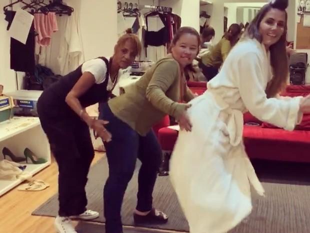 Deborah Secco (dir) dança Anitta com integrantes da equipe de Segundo Sol (Foto: Reprodução/Instagram)