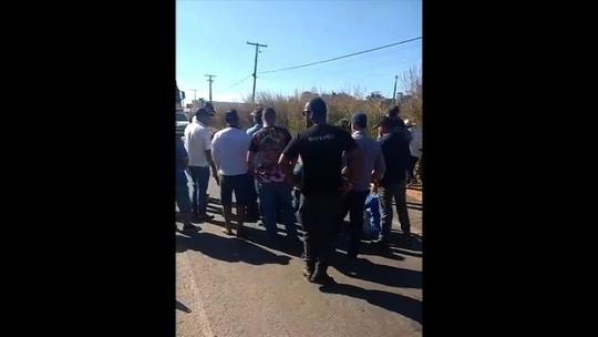 Caminhoneiros sentam em rodovia e barram escolta policial que acompanhava combustível, em Jussara