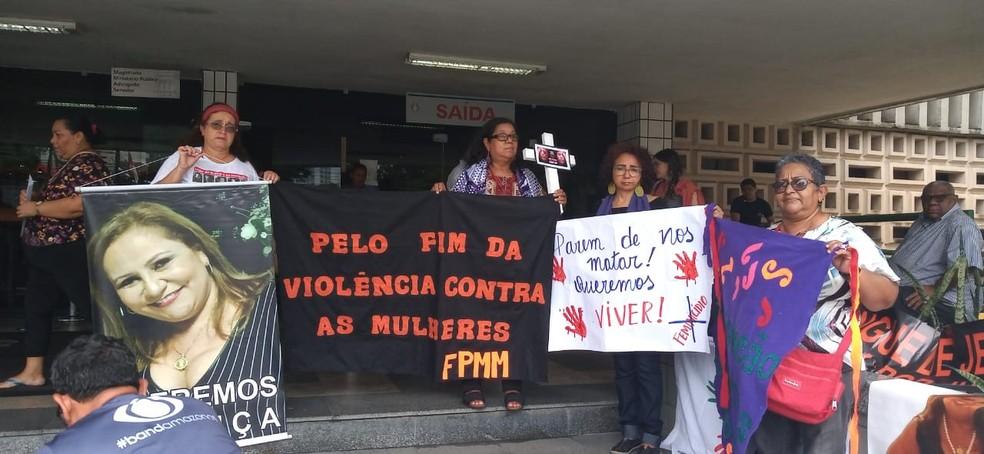 Mulheres fazem protesto contra casos de feminicídio em frente a Tribunal de Justiça do AM — Foto: Karla Priscila/Rede Amazônica