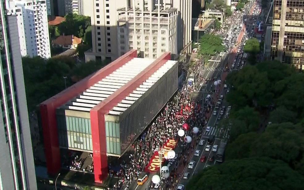 SÃO PAULO, 16h03: Manifestantes fecham a Avenida Paulista sentido Consolação em frente ao Masp — Foto: GloboNews/Reprodução
