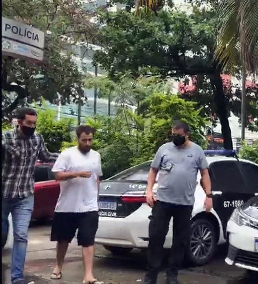 Matheus Luz (C) foi preso, suspeito de agredir a avó — Foto: Reprodução/TV Globo