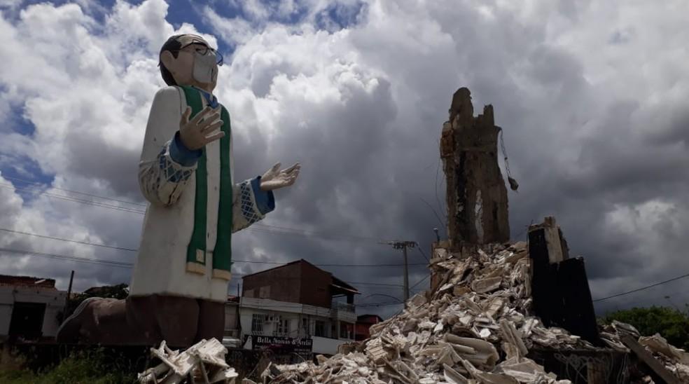 A estátua do Padre Cícero ficava ao lado do Monsenhor Murilo de Sá Barreto.  — Foto: Robson Carvalho/Arquivo Pessoal