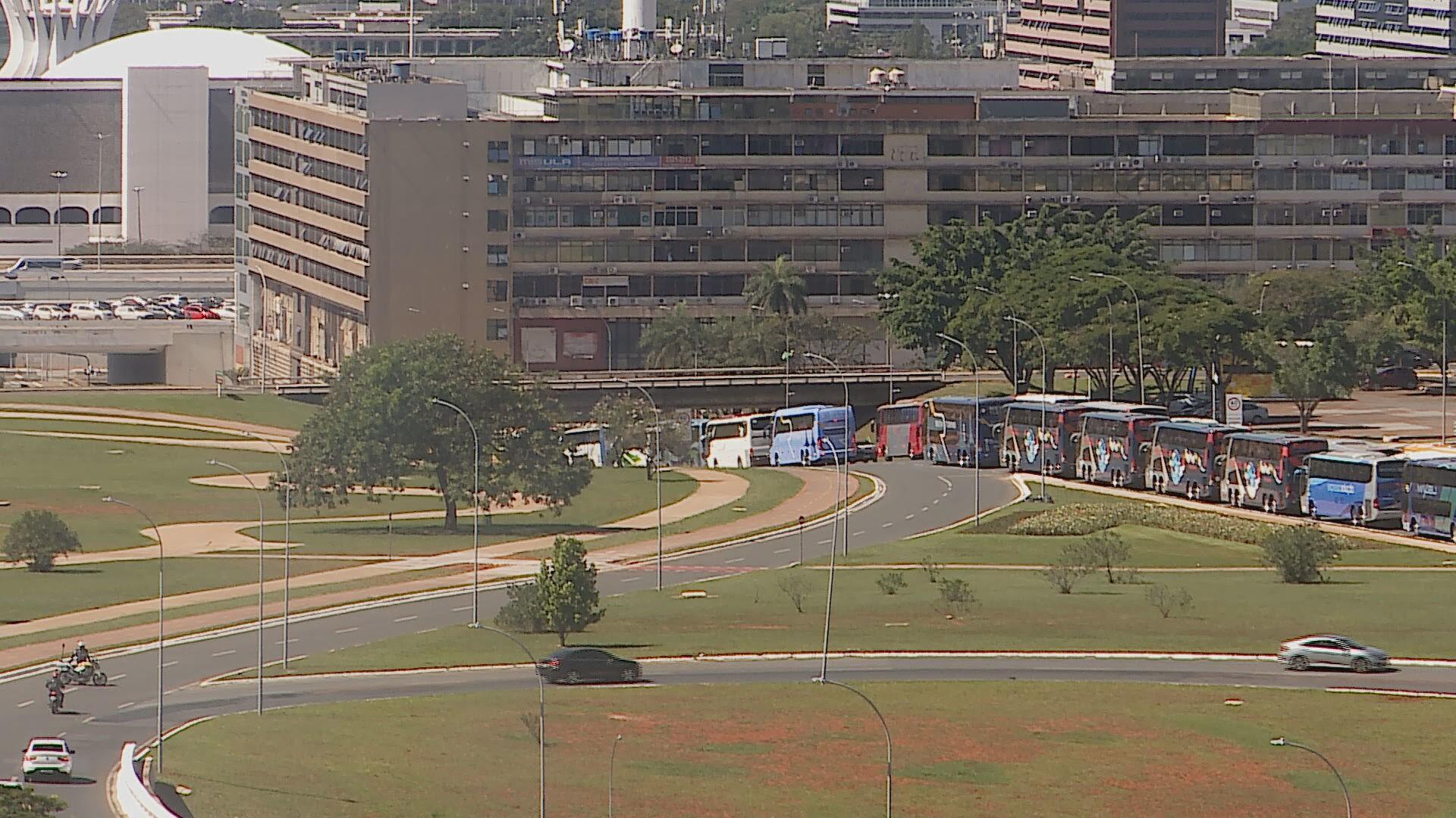 Ibaneis sanciona auxílio de R$ 600 para transporte de turismo e isenção de IPVA para veículos de autoescolas no DF