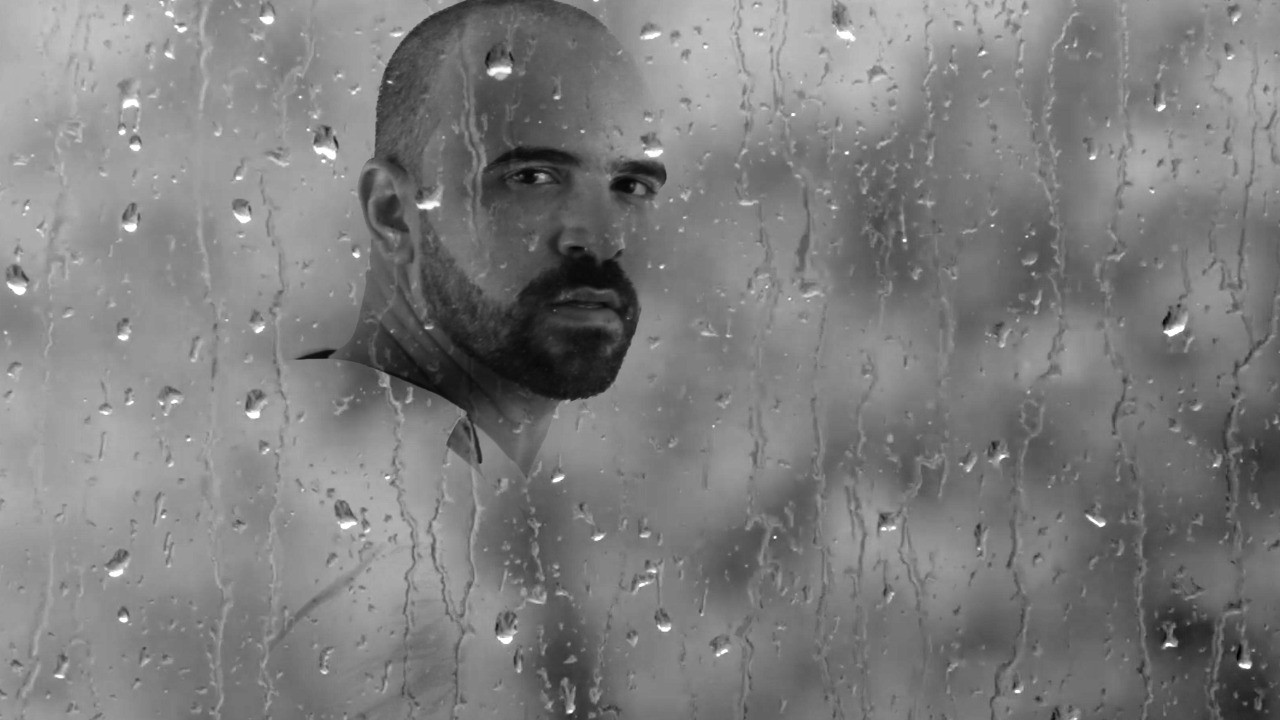 Músico e cineasta paraibano André Morais lança clipe de 'Chuvosa'