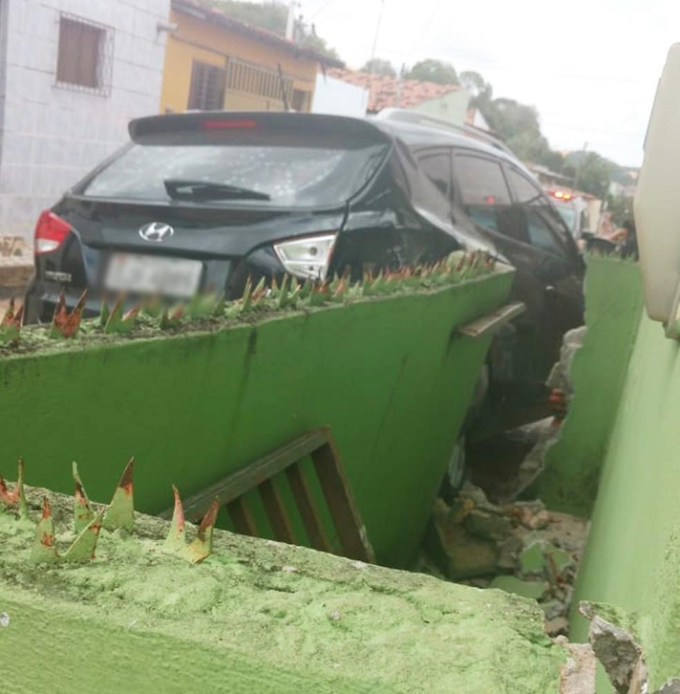 Parte do muro foi destruída com a força da batida — Foto: Redes sociais