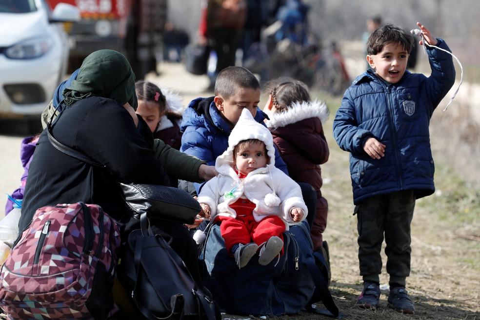 Cerca de 13 mil migrantes tentam atravessar a fronteira entre a Turquia e a Grécia — Foto: REUTERS/Umit Bektas