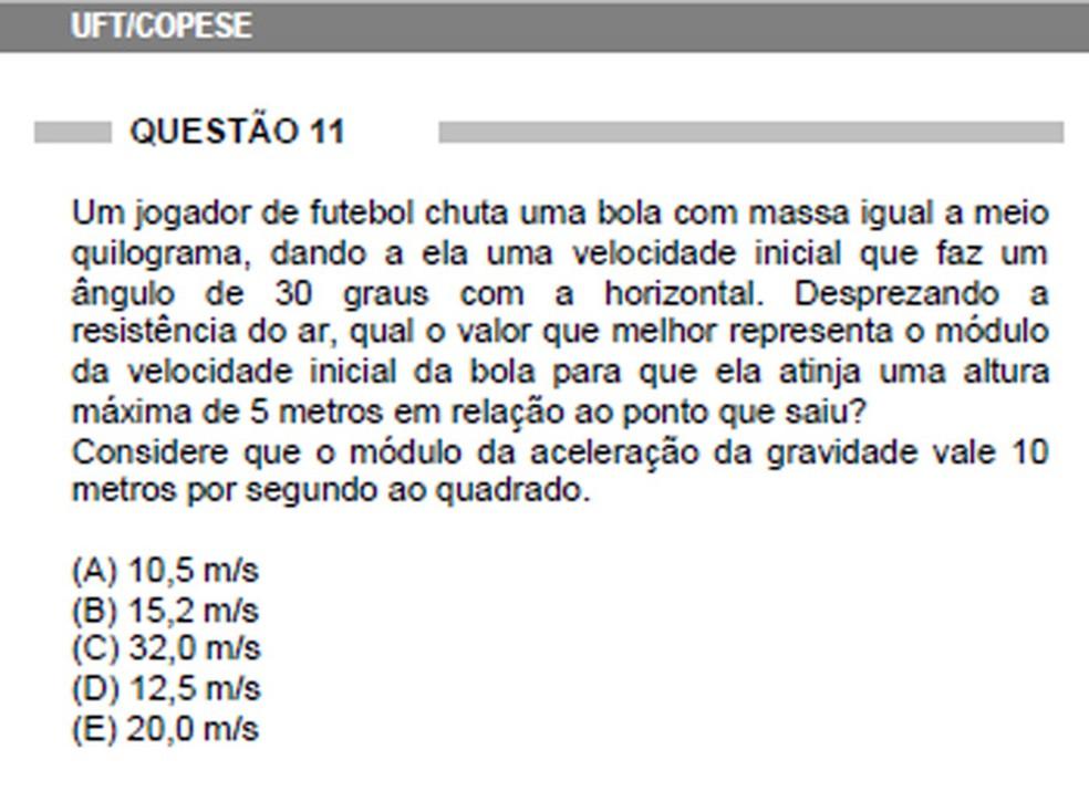 Em 2010, o vestibular do segundo semestre da Universidade Federal do Tocantins (UFT) descreveu uma parábola informando a massa da bola, o ângulo do chute e a altura máxima, e pediu o cálculo da velocidade inicial da bola (Foto: Reprodução/Copese)