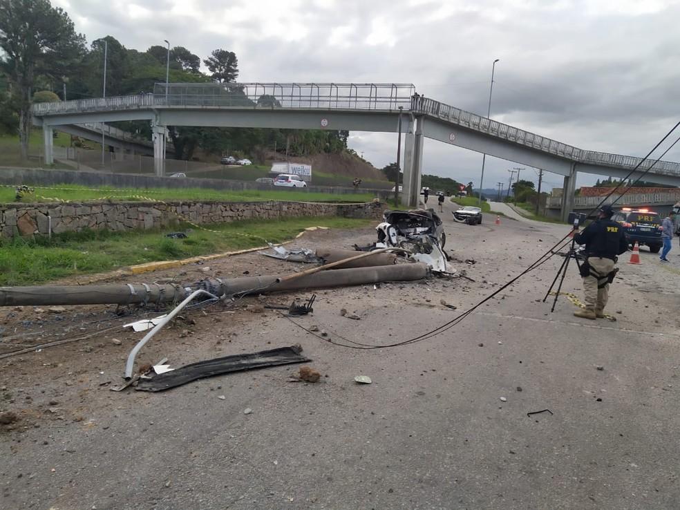 Poste foi derrubado em acidente na BR-101 em Biguaçu, na Grande Florianópolis  Foto: PRF-SC/Divulgação
