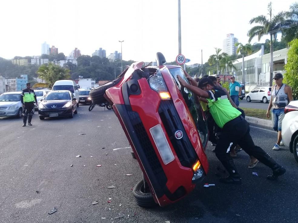 Segundo testemunhas, motorista do carro que causou acidente demonstrava sinais de embriaguez — Foto: Cid Vaz/TV Bahia