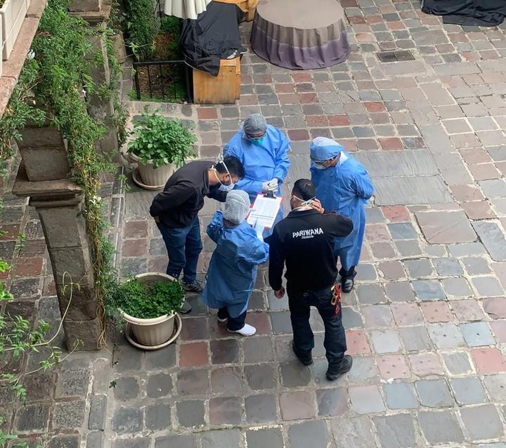 Médicos visitam hostel no Peru para examinar pacientes confirmados com a COVID-19 — Foto: Péricles de Oliveira Júnior / Arquivo Pessoal