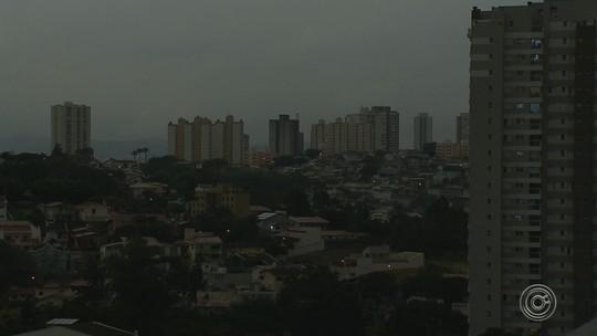 Chegada de frente fria escurece o céu em cidades da região