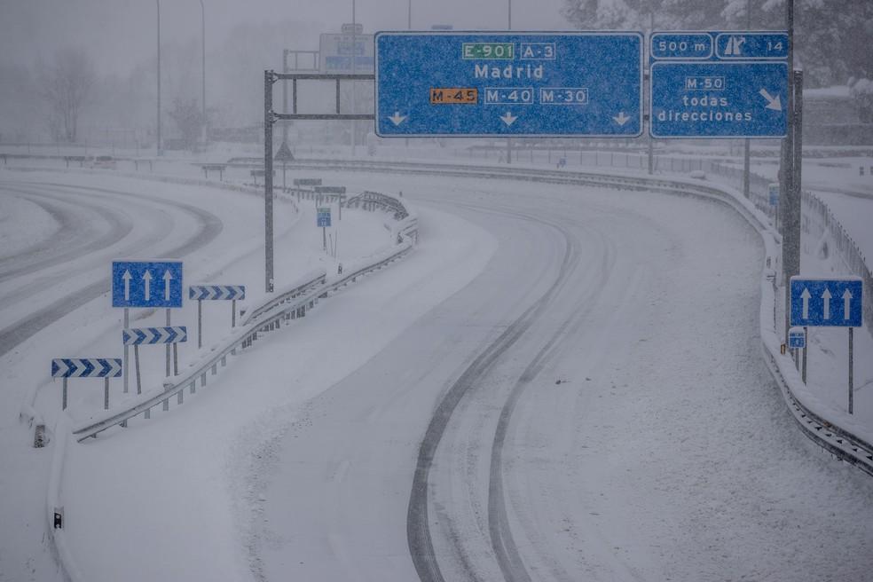 Uma vista de uma rodovia coberta de neve durante uma forte nevasca em Rivas-Vaciamadrid, Espanha - 9 de janeiro de 2021 — Foto: Manu Fernandez/AP Photo