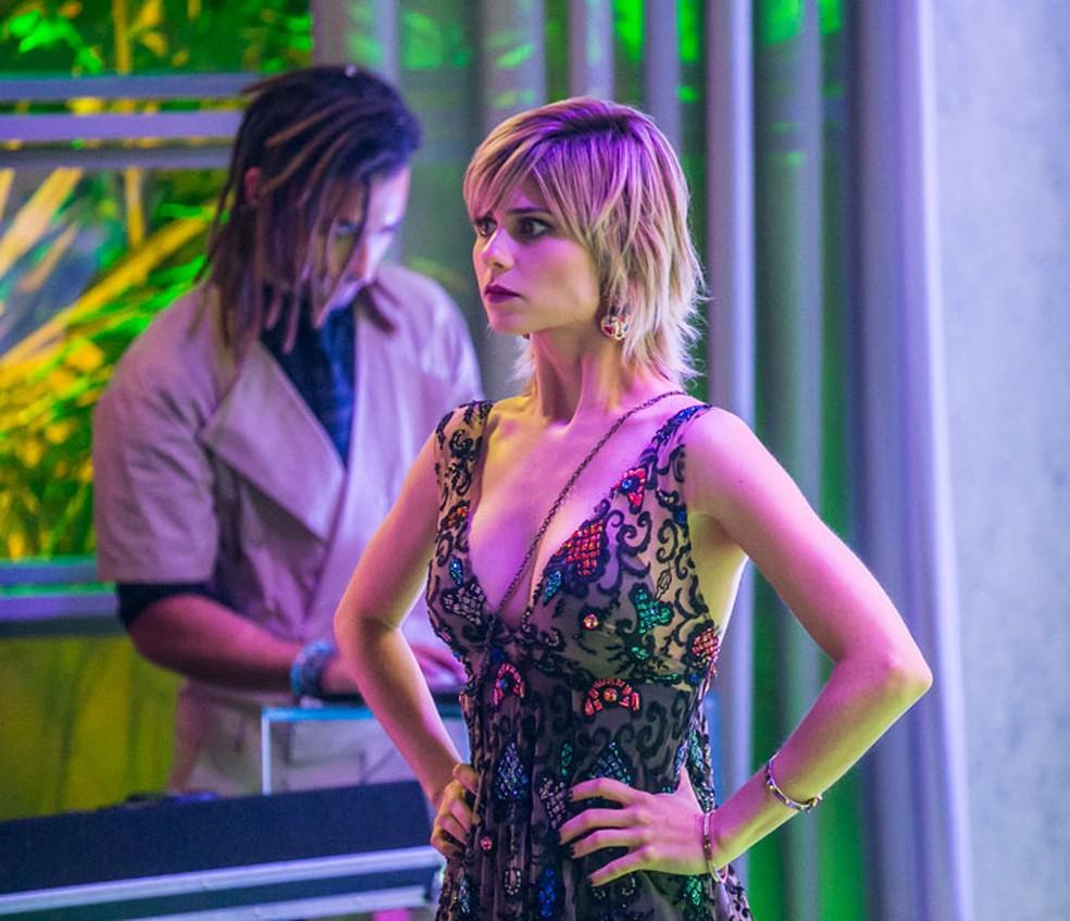 Lu (Julianne Trevisol) fica na maior dúvida se entrega ou não Carol — Foto: Paulo Belotte/Globo