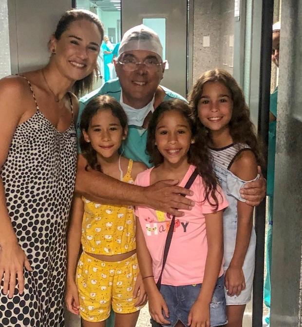 Julyana retornou ao hospital onde as trigêmeas nasceram. No centro da foto, Dr.. Luiz, o médico que autorizou que a gestação continuasse trigemelar (Foto: Arquivo Pessoal)