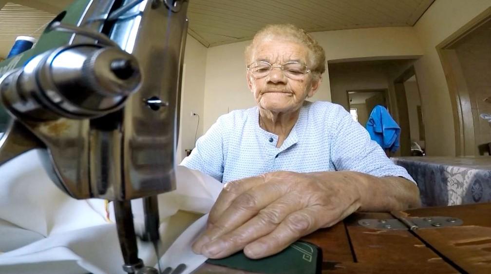 """A costureira Dalva Dalbon Batista, de 80 anos, revela seu amor pelo bairro: """"Só saio daqui quando morrer"""" — Foto: TV TEM/Reprodução"""