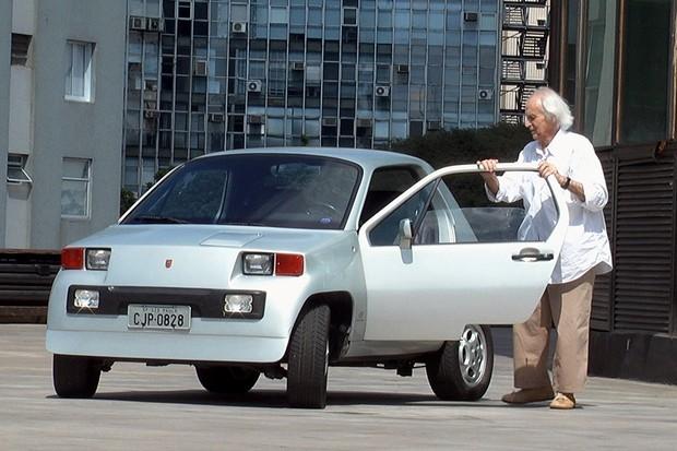 Anísio e o mini Dacon 828, criado em 1982 (Foto: Homem-Carro/Divulgação)