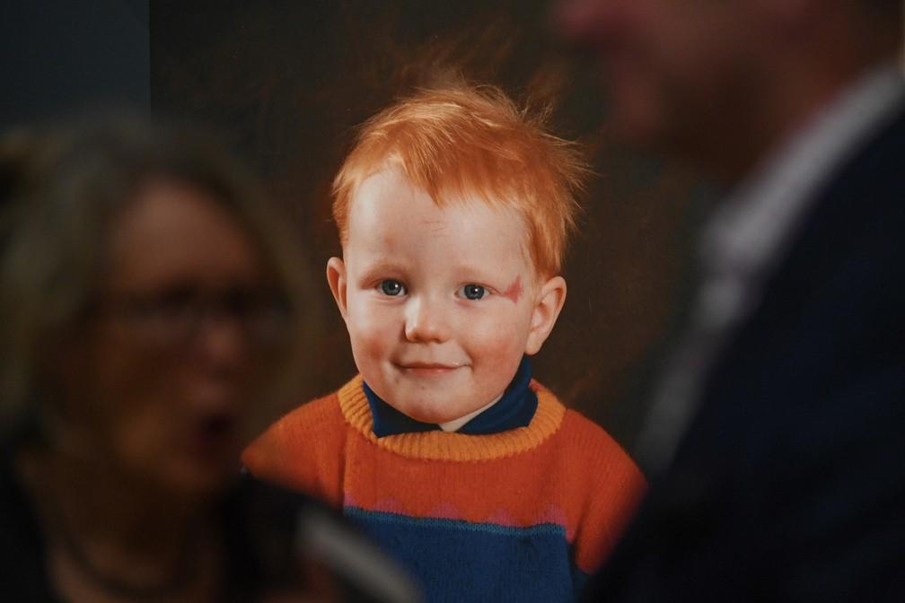 Fotografia de Ed Sheeran ainda criança faz parte da exposição 'Ed Sheeran: Made in Suffolk' em Ipswich — Foto: Daniel LEAL-OLIVAS / AFP