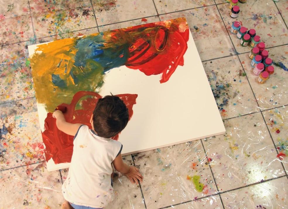 Mateus começou a pintar dois meses após a descoberta de que ele era uma criança autista — Foto: Milton Rosa/Arquivo Pessoal