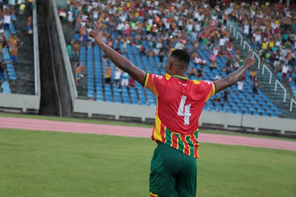 Maracás comemora gol no Castelão contra Confiança (Foto: Flora Dolores / O Estado do Maranhão)