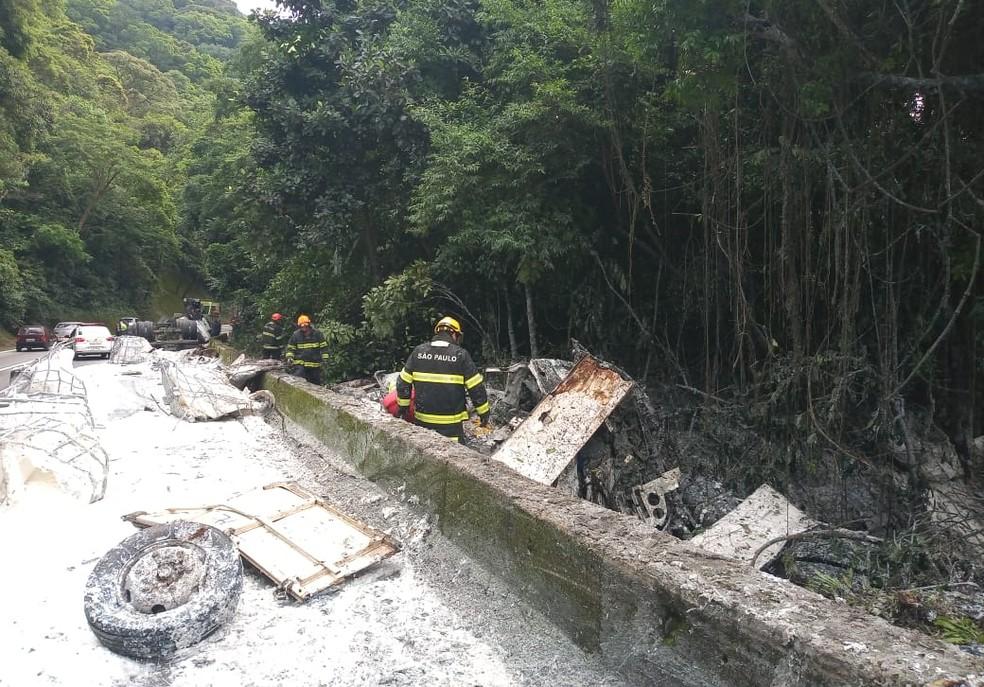 Caminhão foi arremessado para barranco após colisão na Via Anchieta, em Cubatão, SP — Foto: Divulgação/Polícia Militar Rodoviária
