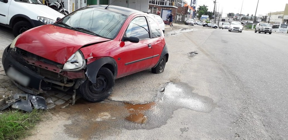 Ford Ka roubado foi recuperado após os assaltantes baterem com o carro  — Foto: Klênyo Galvão/Inter TV Cabugi