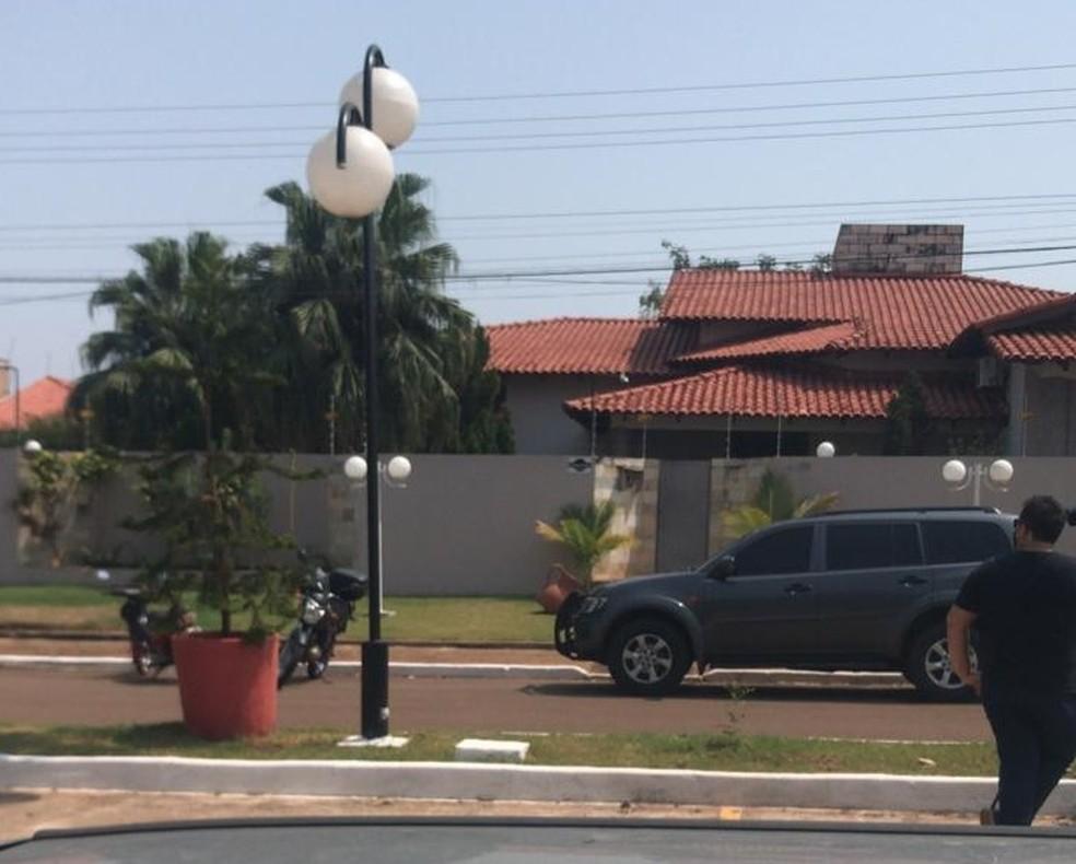 Casa do prefeito de Rolim de Moura,Luiz Ademir Schock, durante operação da PF  — Foto: Divulgação