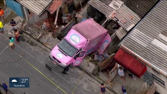 Rua de Itapevi onde caminhão caiu sobre casa já teve outros 2 acidentes similares