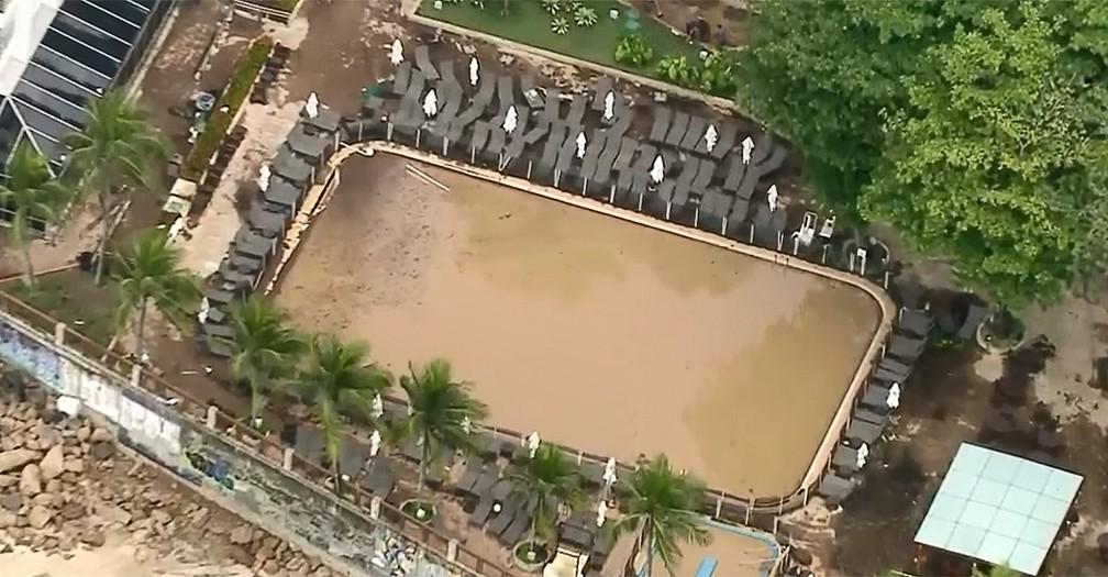 Piscina do Hotel Sheraton, na zona sul do Rio, recebeu lama do deslizamento que atingiu a Avenida Niemeyer e ficou com a água turva — Foto: reprodução/TV Globo