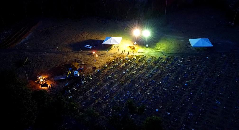 Manaus se aproxima de colapso funerário e precisa enterrar corpos empilhados em cemitério público.  — Foto: Chico Batata/Divulgação