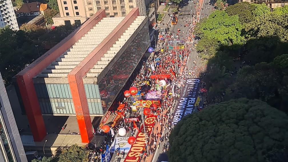 Manifestantes se reúnem em ato contra Bolsonaro na Avenida Paulista, em São Paulo, neste sábado (24) — Foto: Rosana Cerqueira/TV Globo