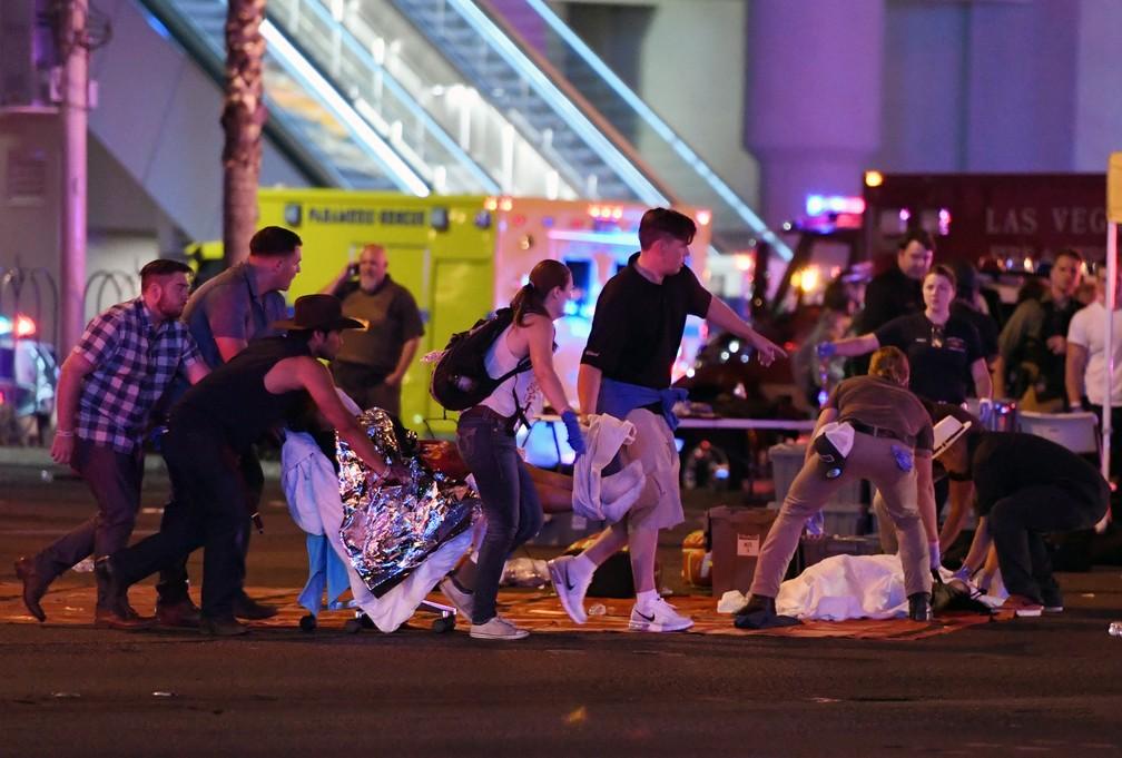 Uma pessoa ferida é retirada do local do tiroteio em um festival de musica country em Las Vegas, nos EUA (Foto: Ethan Miller/Getty Images/AFP)
