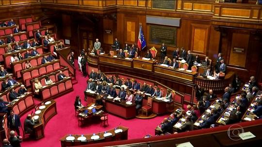 Após renúncia de primeiro-ministro, presidente da Itália busca coalizão