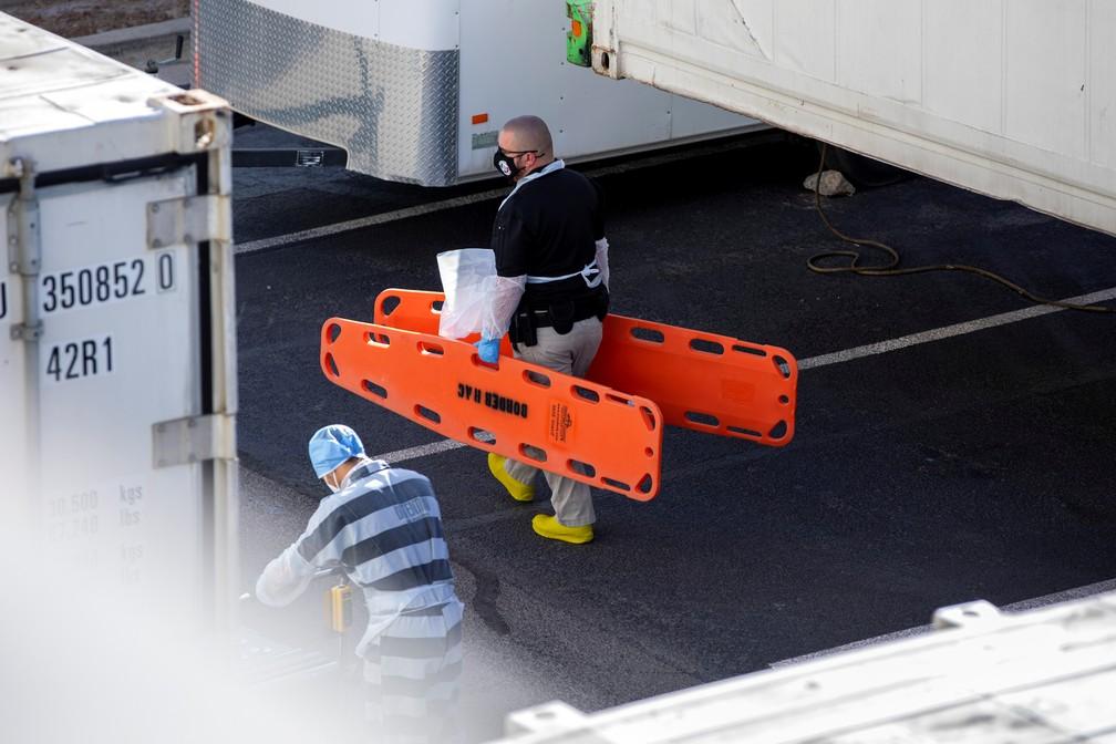 Detento do condado de El Paso, no Texas, ajuda a mover corpos para dentro de trailers refrigerados em meio ao aumento de casos de Covid-19, no dia 14 de novembro.  — Foto: Ivan Pierre Aguirre/Reuters