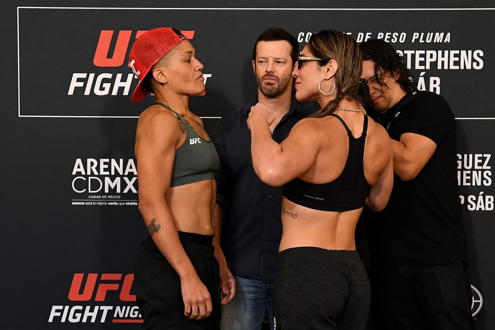 Sijara Eubanks (esq.) encara Bethe Correia na pesagem do UFC Cidade do México — Foto: Getty Images