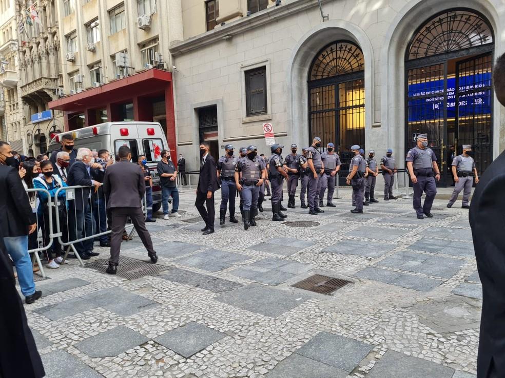 Policiais militares acompanham manifestação em frente à Bolsa de Valores de São Paulo durante visita do presidente Jair Bolsonaro nesta sexta-feira (30). — Foto: Bárbara Muniz Vieira/G1