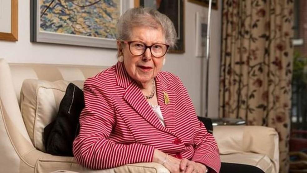 Ao escrever suas memórias, a ex-servidora inglesa Barbara Hoskins revelou manter um relacionamento com outra mulher há 20 anos (Foto: Antonio Olmos via BBC)