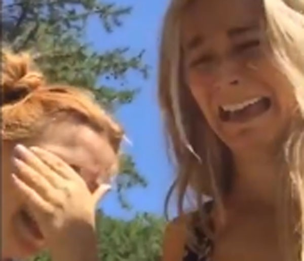 Bojana Novakovic postou um vídeo em que aparece com uma amiga fingindo chorar em frente a uma placa da Trilha das Lágrimas (Foto: Reprodução)
