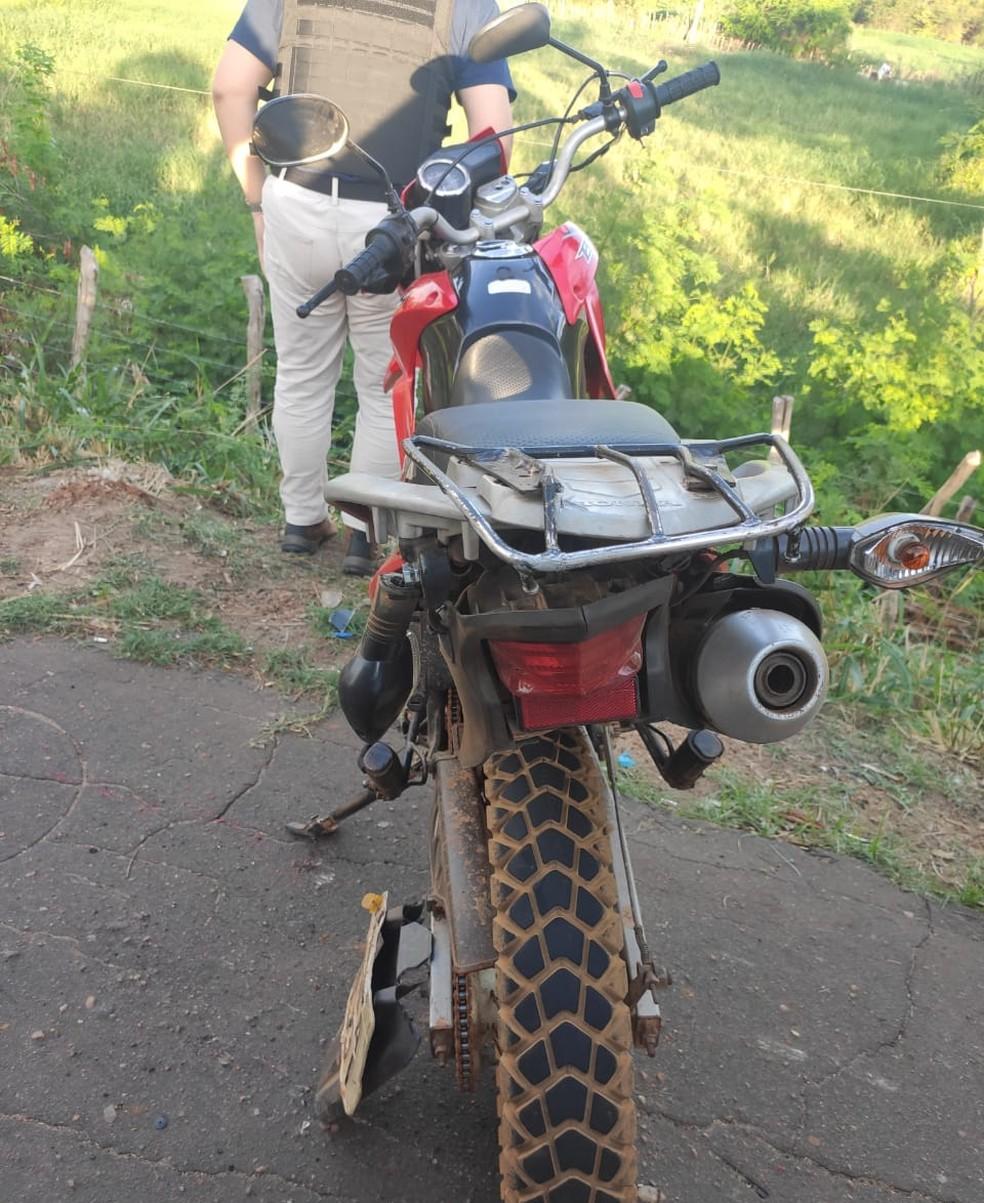 Moto ficou danificada após colisão na BR-343 — Foto: Divulgação/PRF