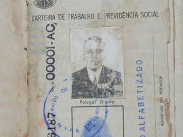 Carteira de trabalho de seu João, feita em 1980, também diz que ele nasceu em 1884 (Foto: BBC/Arquivo Pessoal)