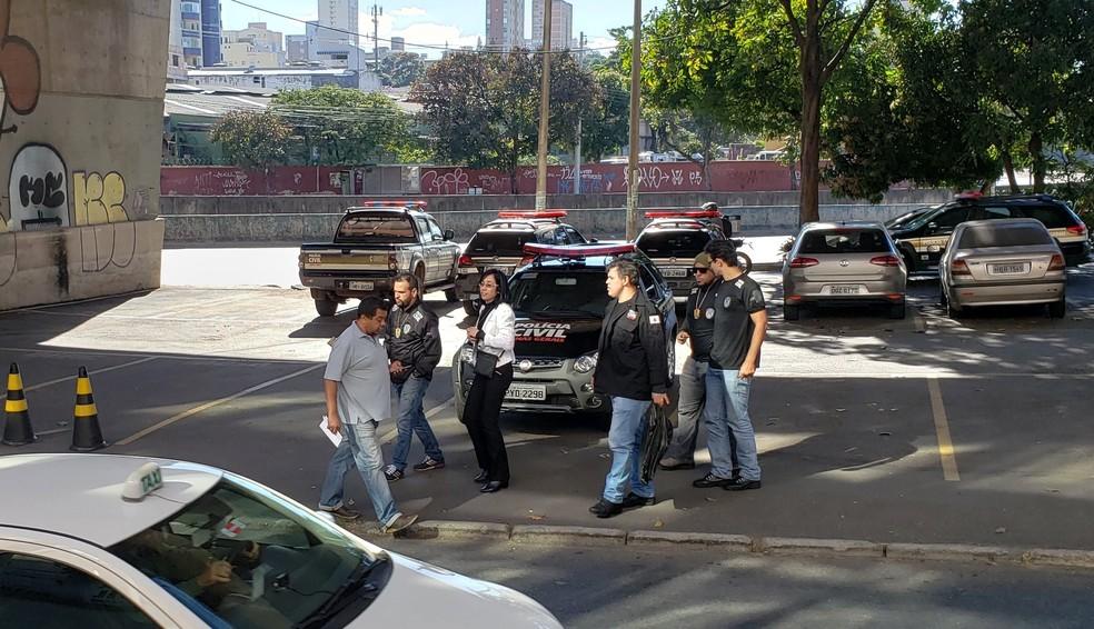 Polícia Civil chega na sede da Delegacia de Investigação de Fraudes com imagens de documentos — Foto: Frederico Ribeiro