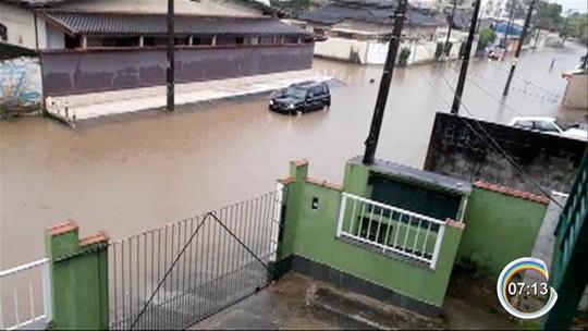 Temporal causa alagamentos em ruas e avenidas de Ubatuba, SP