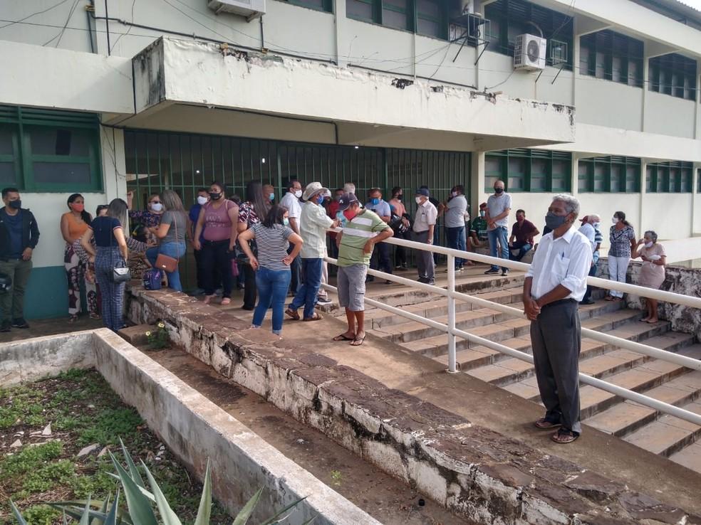Em Picos, interior do Piauí, um dos locais de votação, a Unidade Escolar Desembargador Vidal de Freitas, ainda não tinha aberto as portas até as 8h.  — Foto: Antônio Rocha/TV Clube