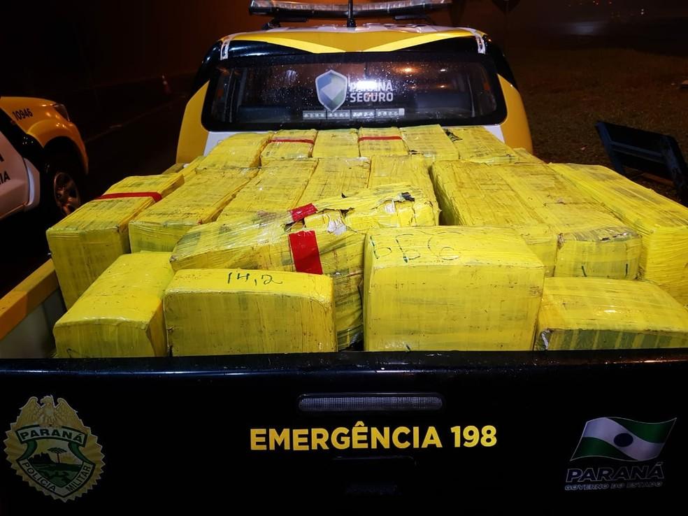 Duas toneladas de maconha foram apreendidas pela PRE em Campo Mourão (Foto: Rafael Silvestrin/Divulgação)