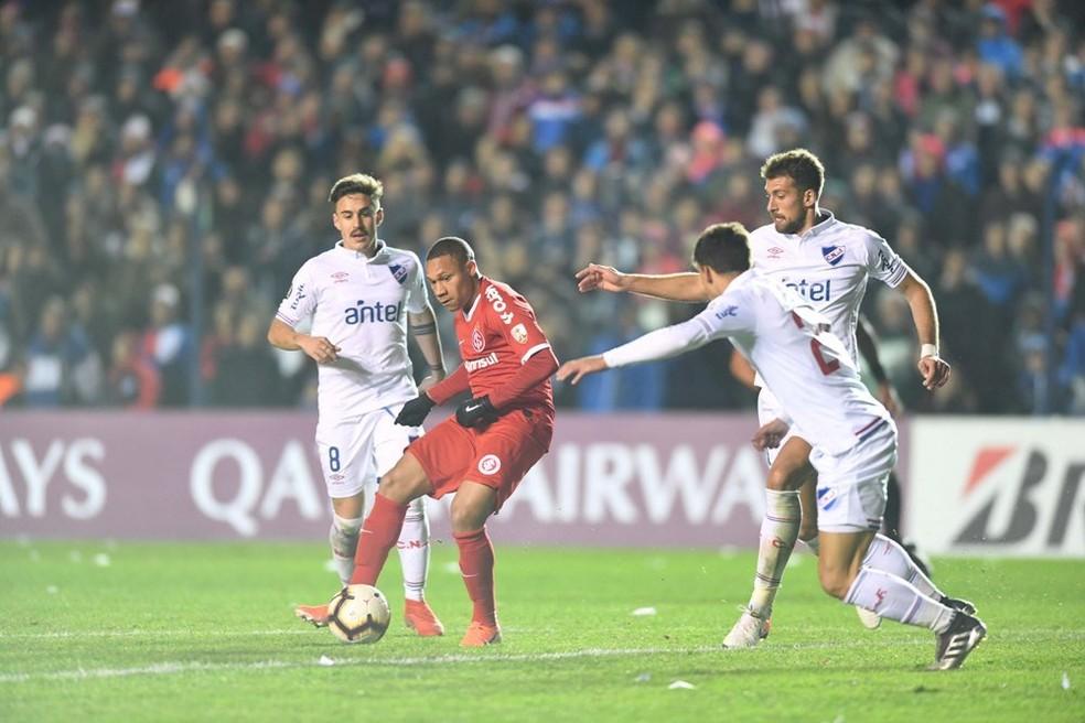 Wellington Silva dá o passe para o gol de Guerrero — Foto: Ricardo Duarte/SC Internacional