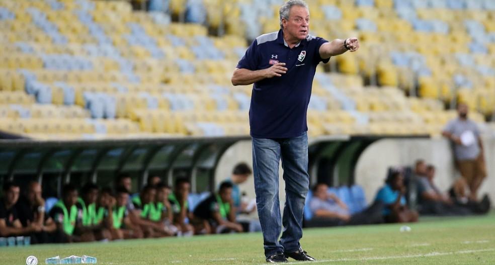 Abel orienta jogadores do Fluminense (Foto: LUCAS MERÇON / FLUMINENSE F.C.)