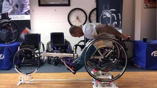 Esbanjando alegria, Léo Melo testa nova cadeira de rodas para competições; assista