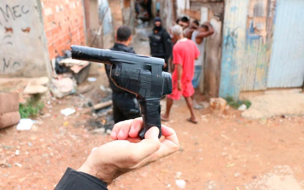Simulacro de arma e drogas foram apreendidos com trio (Foto: Divulgação/SSP-BA)